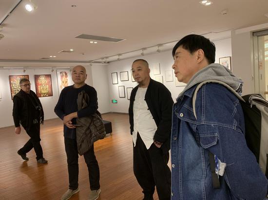 黄药(右一)与张天志(右二)在展览现场