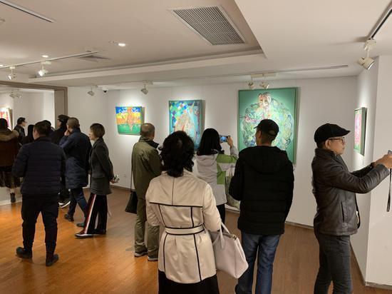 展览现场,观众在黄药作品前欣赏拍照