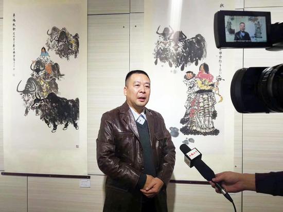 李锡宗展览现场接受媒体采访