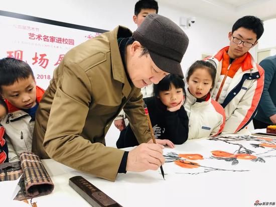 观摩江苏省中国画学会常务理事 华龙宝中国画创作示范