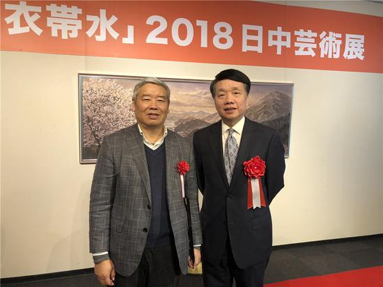 国日本大使馆文化参赞陈琤先生与周传玉先生合影