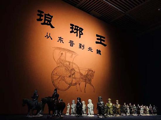 展览入口,司马金龙墓出土的釉陶俑阵