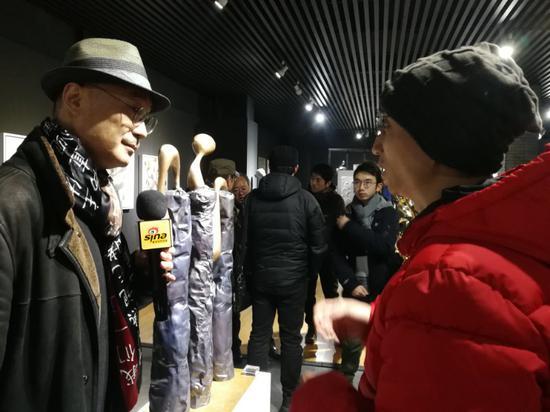 艺术家许燎源现场接受新浪当代艺术频道专访