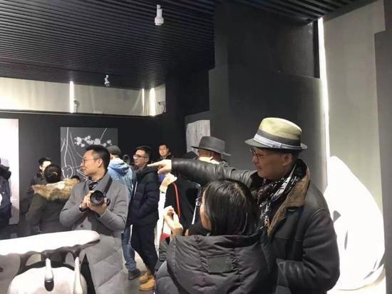 艺术家许燎源(右)在展览现场与嘉宾交流