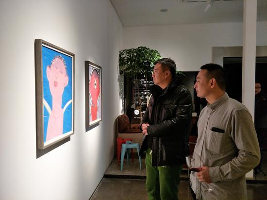 嘉宾亚日先生与艺术家李向磊交流