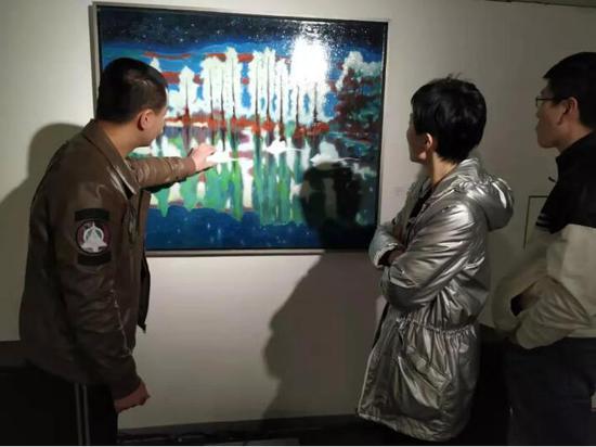 艺术家方建喜同藏家交流