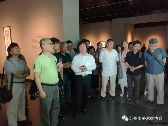 江苏省美协副主席、江苏省美术馆馆长徐惠泉先生在江苏省美术馆现场讲解