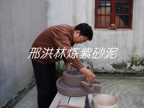 三、用石磨将风化成小块的紫砂泥磨细。