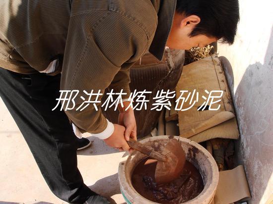 六、将泥料导入大的石膏模具中,吸收一些水分