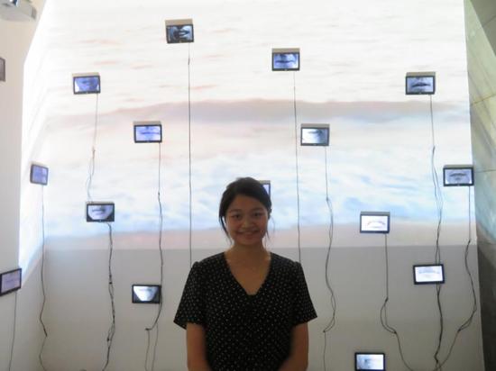 江上越在BMAB媒体双年展在她的作品面前
