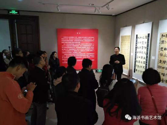开幕式当天,上海市书法家协会副主席、篆隶专业委员会主任宣家鑫为观众现场导览讲解