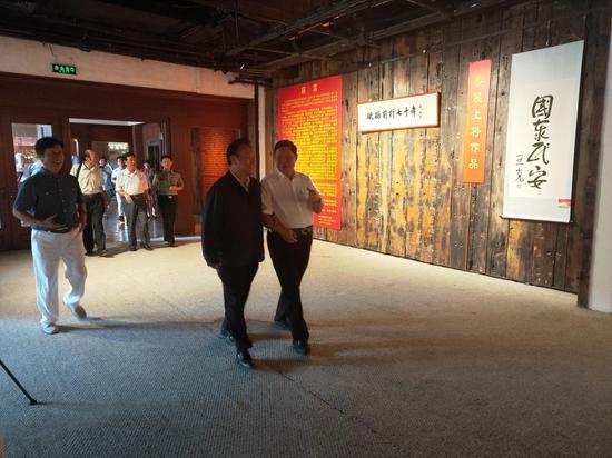 原总政治部副主任唐天标上将与第十二届全国人大常委会委员、副秘书长、中国留学人才发展基金会曹卫洲理事长参观展览