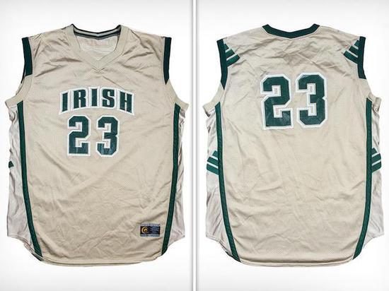 詹姆斯经典高中球衣被拍卖,球衣的初始竞价为37.2万美元