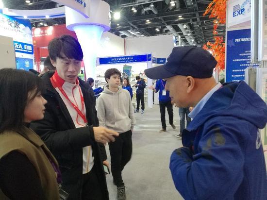 佟健(左二)与李祥交流