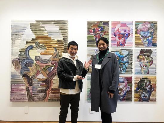 当代艺术基金会创始人前泽友作与艺术家江上越在她的作品前   Maezawa Yusaku founder of Contemporary Art Foundation and Egami Etsu in front of Egami's work。