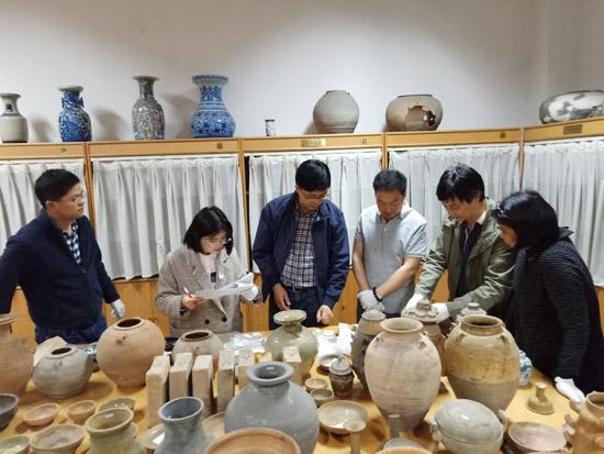 东阳市文博专家对300多件文物进行定级工作