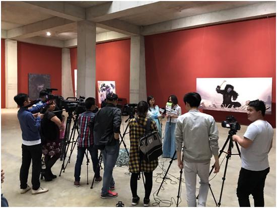 中捷当代美术馆馆长覃琨瑛在接受采访