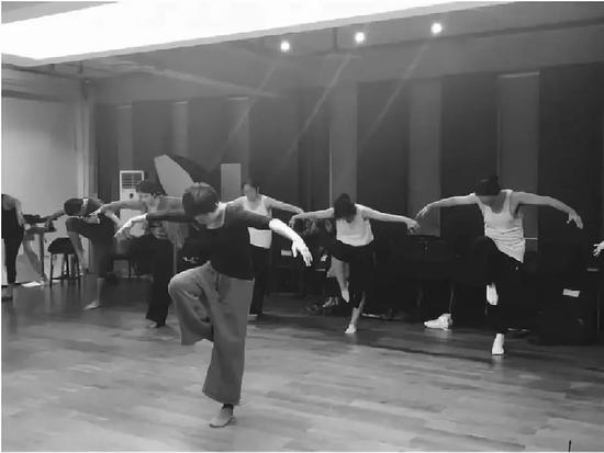 《身体状况作画笔》 滥觞:侯莹北方群舞教育当中