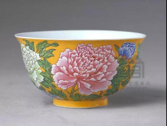 黄地珐琅彩牡丹纹碗 清康熙 故宫博物院藏