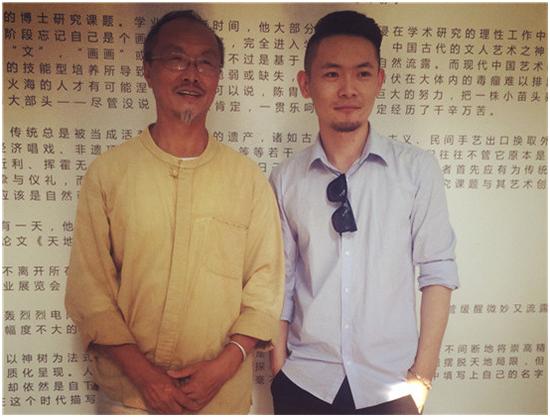 凤凰含章艺术中心经理、出品人陈晓杰与本次活动学术指导吕胜中先生合影留念(从右往左起)