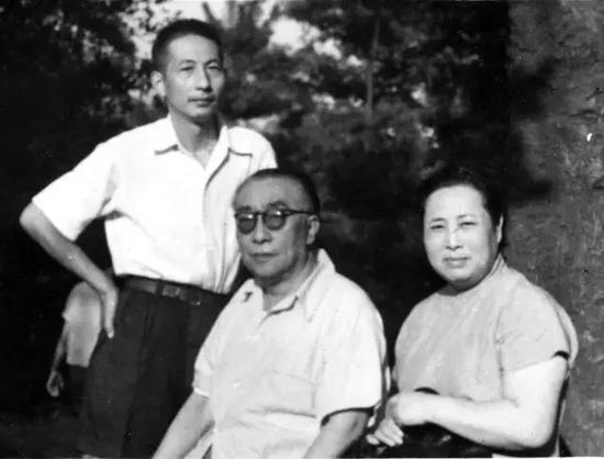 张守成(立者)与吴湖帆夫妇(摄于上世纪60年代)