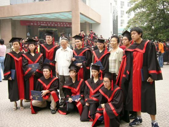 2004年人大徐悲鸿艺术学院2000级李天祥、赵友萍工作室毕业生与先生们的合影