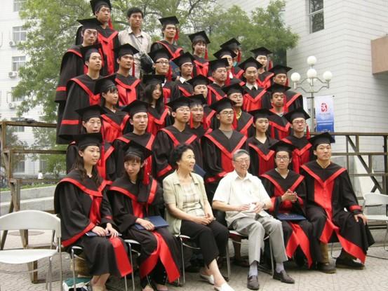 2004年人大徐悲鸿艺术学院2000级绘画系(油画、国画)毕业生与先生们的合影