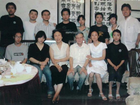2004年人大徐悲鸿艺术学院2000级李天祥、赵友萍工作室毕业生与先生们会餐的合影