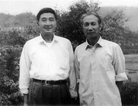 1977年陆俨少在井冈山上与演员赵丹(左)合影