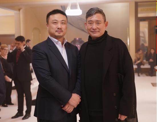 宋冬与中国文化基金会副主席王泽锋在秀场合影