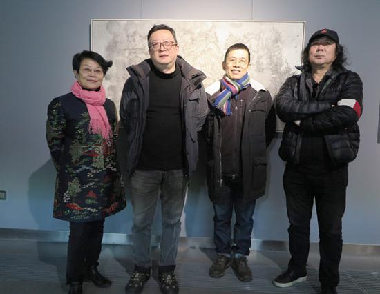嘉宾留影(左至右):艺栈画廊负责人丁韵秋,艺术家柴一茗,策展人石建邦,中央美术学院晋华教授