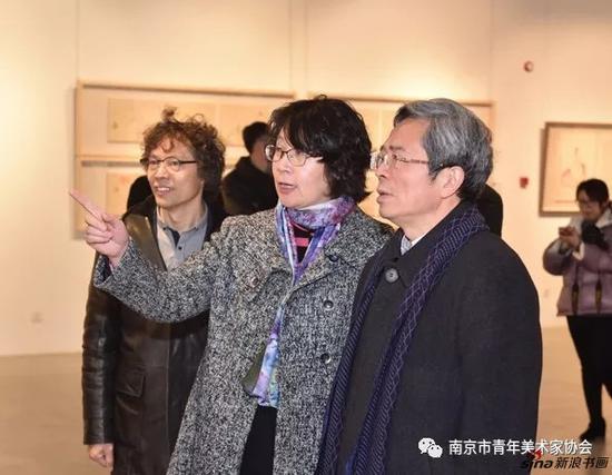 南京大学博物馆史梅馆长向南京大学党委常务副书记杨忠介绍参展作品
