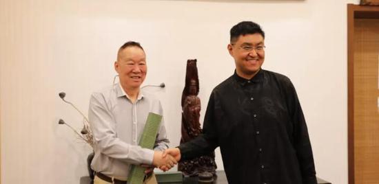 ▲北京华亚艺术基金会监事长张冀接受捐赠,并为刘阔颁发收藏证书