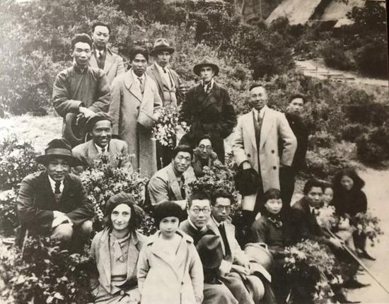 杭州国立艺专教师郊游合影,前排中坐者为潘天寿,右二站立者为方干民