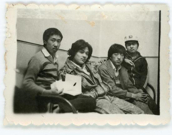 1985年,创作版画时与同事们合影,左起:李凡丁,张鹏野,刘广明,贾世奇。