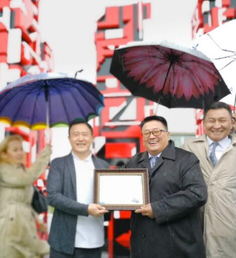蒙古国文化艺术部部长Gendendarma Bat-Erdene 为一山颁发收藏证书