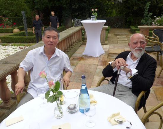 杨起绘画作品《艺术家隐士》Artist as Hermit荣获2015年德国布莱梅KFK年度艺术家大奖表彰。 旧年夺主吕佩尔茨前来祝贺。