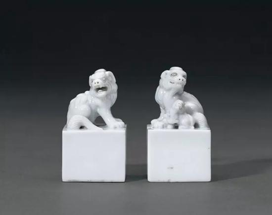 Lot 900 清早期 德化窑白瓷狮钮方章一对   3.4x3.4x6cm。(2) Long x Wide x High