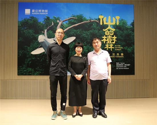 嘉宾合影 艺术家邬建安(左)、策展人赖素铃(中)、非遗传承人汪天稳(右)