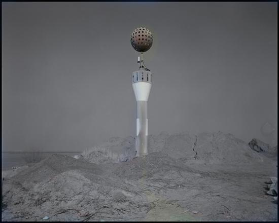 梁卫洲《灯塔-扬子江畔 镇江》摄影 150×190cm 2009-2012