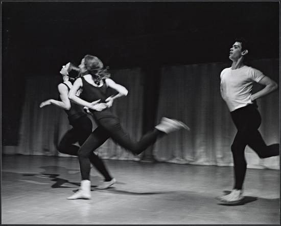 1963年《地域》表演剧照,摄影:阿尔·吉斯