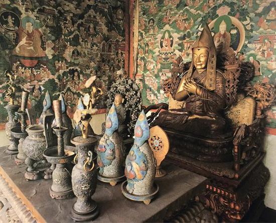 参阅:《清宫藏传佛教文物》,紫禁城出版社,1998年,第272页,梵华楼二楼明间内景,木髹漆泥金宗喀巴坐像。