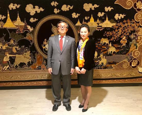 联合国副秘书长刘振民和画家樊蕾在活动现场合影