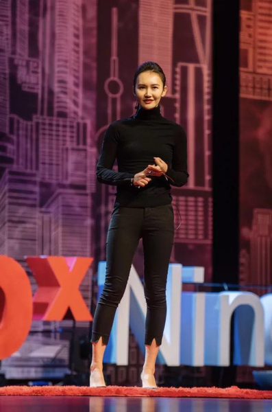 ▲1/2 Art Space半空间合作艺术家JUJU WANG在TED x Ningbo上演讲,2017年