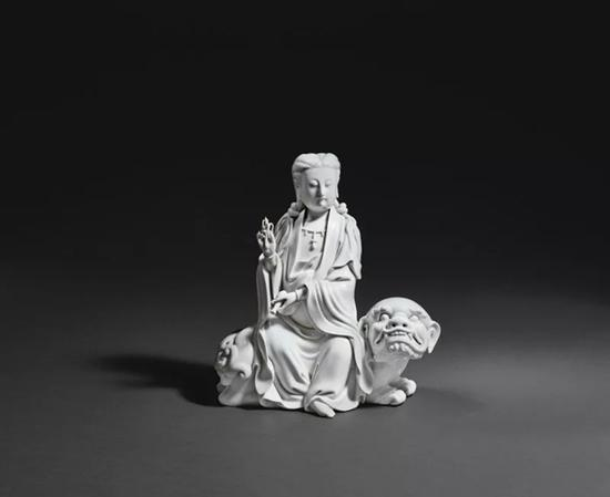 Lot 902 清晚期 德化窑白瓷狮吼观音