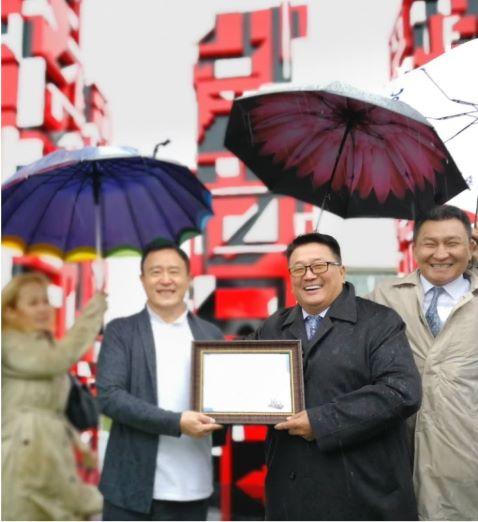 蒙方文化艺术部部长Gendendarma Bat-Erdene 为一山颁发收藏证书