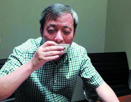 刘益谦正在用鸡缸杯品茶。图片来源:重庆商报
