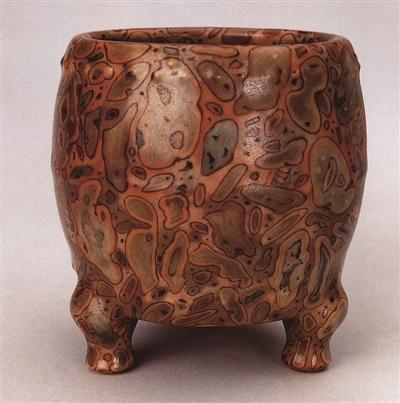图4-1,清乾隆官窑仿斑花石釉三足炉,高8.5厘米,故宫博物院收藏