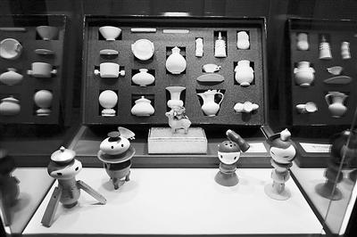 """根据台北故宫馆藏文物设计的文创商品""""国宝好玩艺公仔""""。"""