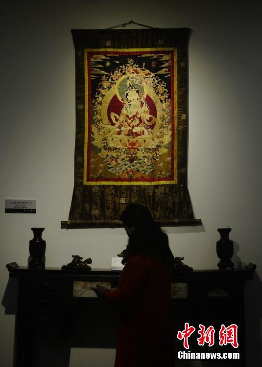 图为清代晚期湘绣佛像作品。 杨华峰 摄